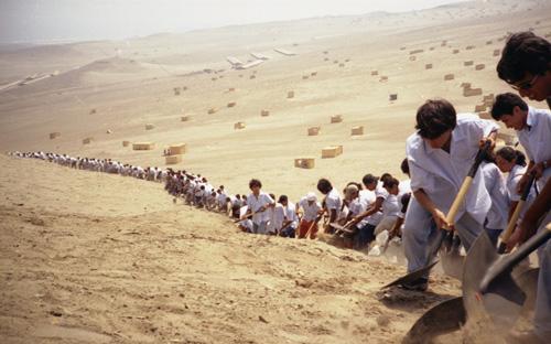Francis-Alys-When-Faith-Moves-Mountains-2002_bewerkt-1